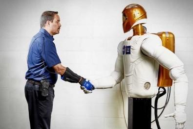 Роботизирана ръкавица GM и НАСА навлиза в живота на хората